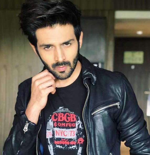 This is how Kartik Aaryan gives time to his fans!