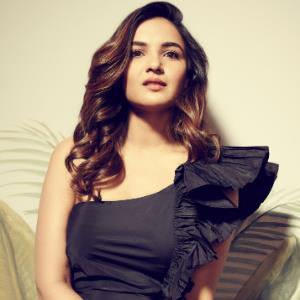 Jasmin Bhasin gets mobbed where ever she goes!