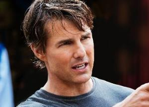Tom Cruise enjoys paragliding in the French Alps