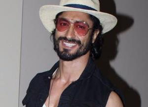 Vidyut Jammwal works out with LPG cylinder