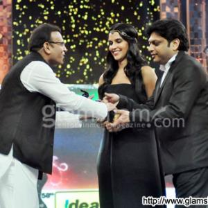 Annu Kapoor wins Filmfare Award for VICKY DONOR!