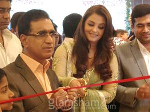 Aishwarya's fans throng in thousands to get her glimpse