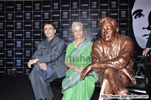 Dev Anand's brass statue unveiled by Waheeda Rehman