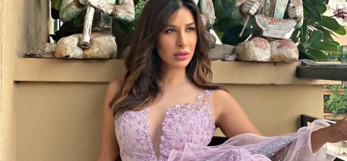 Akshay Kumar wishes a fan on Sophie Choudry's insistence!