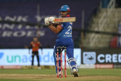 Stoinis's 53 not out takes Delhi to 196/4 vs RCB