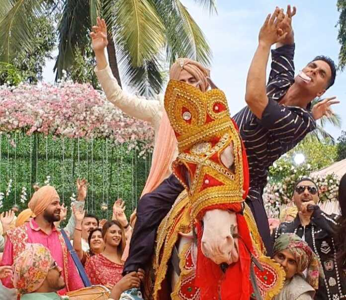 Akshay Kumar in a Good Newwz behind the scene still