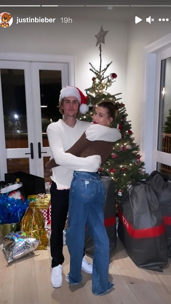 Justin Bieber gets cozy with Hailey Baldwin in adorable Christmas snap