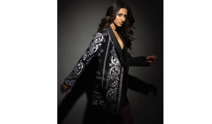 Erica Fernandes looks glam sexy in black outfit