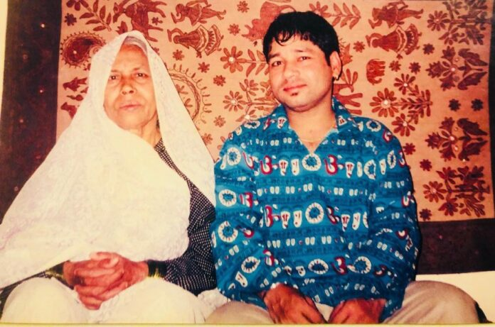 Kailash Kher with his mother in a nostalgic pic