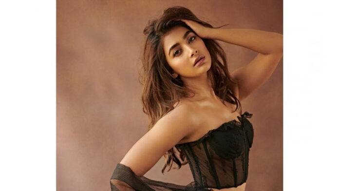 How Pooja Hegde couldn't stop laughing on the sets!!