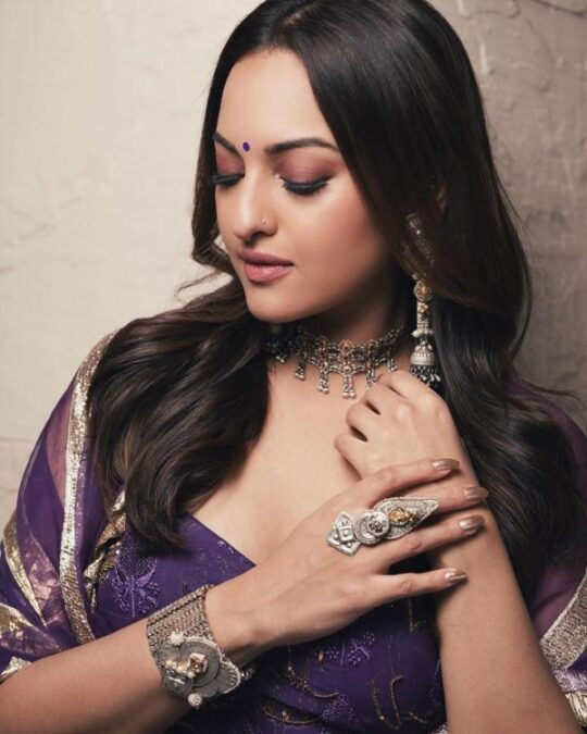 Hina Khan, Himanshi Khurana and other celebs flaunt their Silver jewellery