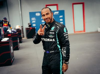 Hamilton extends Mercedes contract by two years