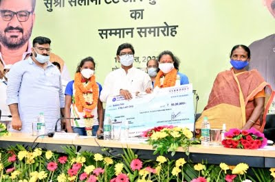Jharkhand presents both woman hockey players Rs 50 lakh each (Lead, correcting intro)