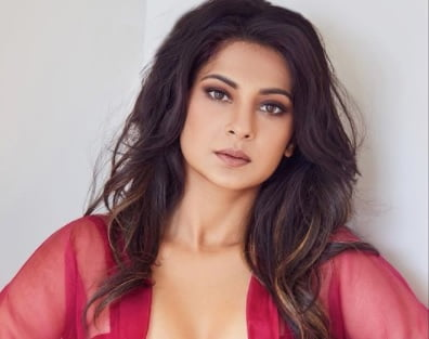 Jennifer Winget looks red hot in this outfit