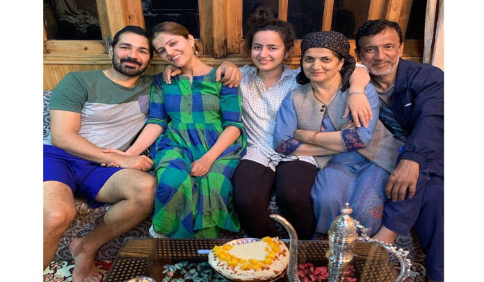 Rubina Dilaik shares lovely family pictures as she wishes her parents on 35th wedding anniversary