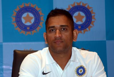 Dhoni's decision to suddenly quit Tests was brave & selfless: Shastri